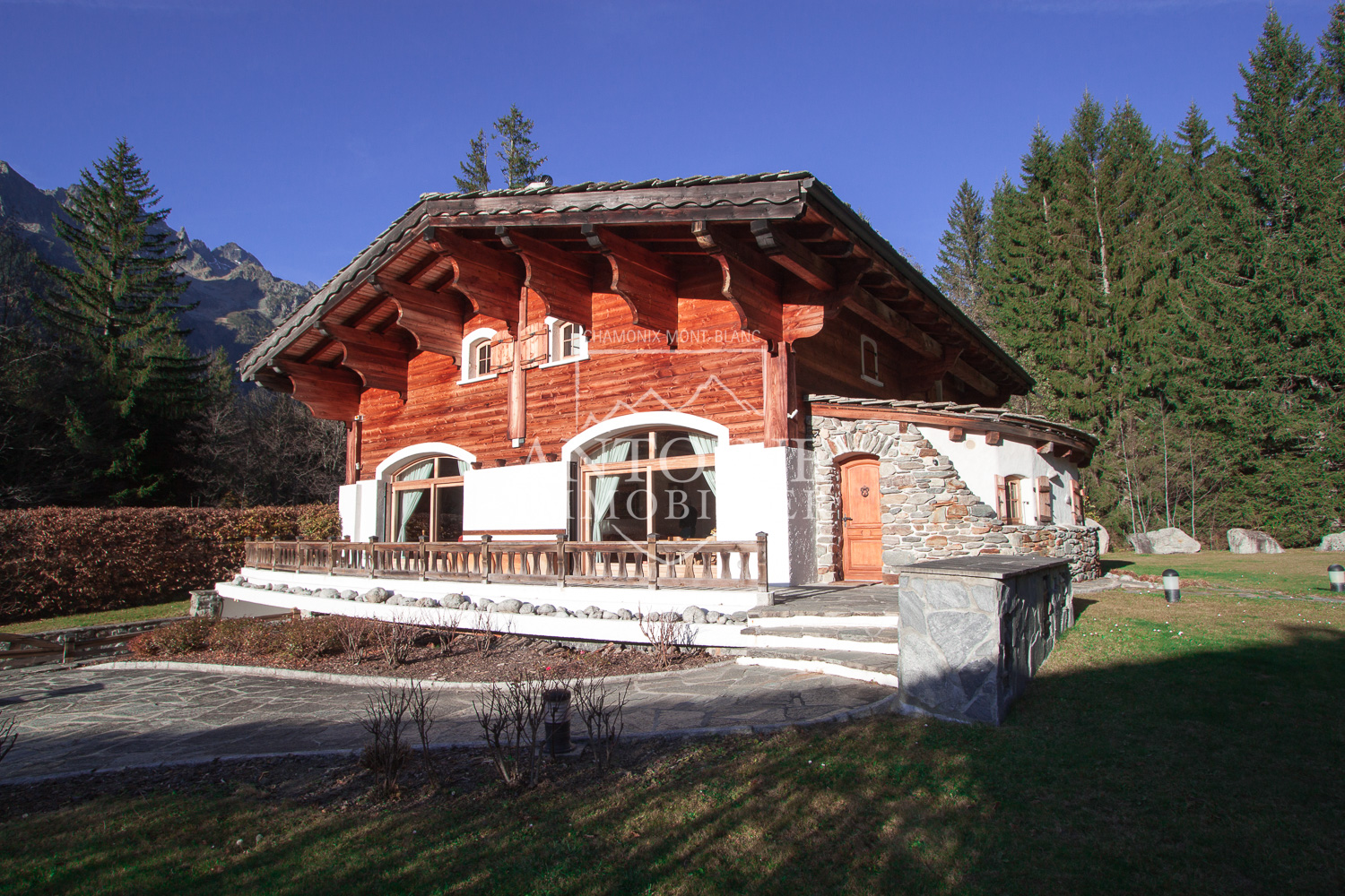 ATTRACTIVE AND WELL PRESENTED TERRACED CHALET CHAMONIX